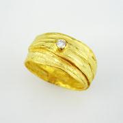 Breiter Bastring in 750er Gelbgold mit Brillant TW VSI in Feingold gefasst