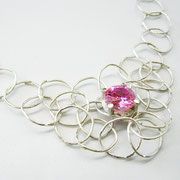 Collier aus großen Silberösen mit rosa Swarovski-Zirkonia