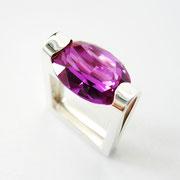 Ring, Silber mit violettem synthetischen Spinell