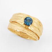 Breiter Bastring, feingoldplattiertes Silber mit blauem Turmalin