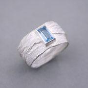 Breiter Bastring, Silber mit Aquamarin in Feinsilberfassung