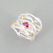 6er-Ring, Silber mit Rubintropfen und Brillanten in Feingoldfassungen