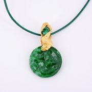 Anhänger an Lederband, feingoldplattieres Silber mit Zirkonia und gravierter Jade
