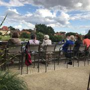 Bezirk 7 zu Gast im Bezirk 2, Relaxen auf der Terasse des Filmhofs Hoya mit Blick über die Weser