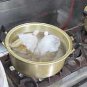 ▲しっかりと口を縛って、沸騰したお湯の中に入れ出来上がりを待ちます。