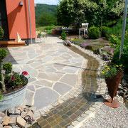 Bachlauf aus Grauwacke Kleinpflaster und Terrasse mit Polygonalplatten