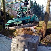 Verlegung von Betonsteinpflaster mit Pflastermaschine am Bagger