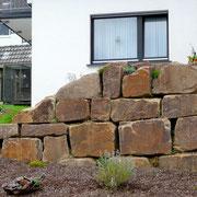 Findlingsmauer fertiggestellt und bepflanzt