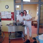 Auch Wohnbereichsleiter Jan von Kampen sorgt für gute Mittags-Stimmung