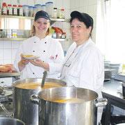 Jessica von Kampen und Angelika Kruse in der Küche. Täglich wird lecker gekocht.