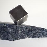 Rvs askubus op ruwe en gepolijste graniet.