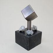 Bergkristal en rvs askubus op hardsteen.