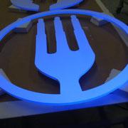logo catering pintado flourescente para discoteca