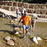 Eigentlich wollte ich bei der Bachdurchquerung wie alle anderen über die Steine laufen. Aber mein Gleichgewicht spielte leider nicht mit