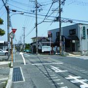 村田医院さんを右手に見て、直進。
