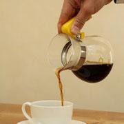サーバーをかき混ぜて、カップに注ぐ。