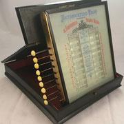 Aparato Arithmocrético PALOU, patentado en 1887 (patente nº 6807) por Florencio Palou Miró, Barcelona, s/n 131 con mecanismo reclinable-basculante, 22x23x3 cm