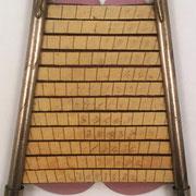 Máquina de calcular PAUTA TRASMISIVA DE LOS NÚMEROS, con 2 aletas verticales y 12 regletas horizontales en las que se escriben los números, invento patentado en 1903 (patente nº 31.133) por Ramón Mas Talleda, Barcelona, 13x17 cm