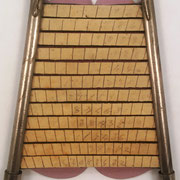 Máquina de calcular PAUTA TRANSMISIVA DE LOS NÚMEROS, con 2 aletas verticales y 12 regletas horizontales en las que se escriben los números, invento patentado en 1903 (patente nº 31.133) por Ramón Mas Talleda, Barcelona, 13x17 cm