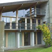 Maison individuelle: installations électriques derrière béton apparent, bois et verre