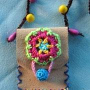 Masse Tasche: 8 x 6 cm, Leder mit Holzperlen und Baumwollfäden, Bändel: 80 cm, gewachste Baumwolle, 20.-