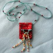 Täschlein für einen Glückstein, 40 x 30 mm, Baumwollstoff, Glasperlen, Bändel: gehäkelter Perlfaden, 68 cm, 20.-