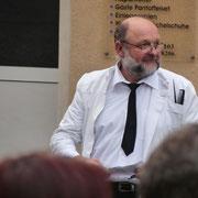 Roland Richter als Friseur Rhewald spricht von den Heinrichsorter Gaststätten