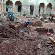 Im Schlosshof laufen Baumaßnahmen und archäologische Untersuchungen parallel