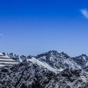 Gleitschirmflieger über dem Nebelhorn bei Oberstdorf