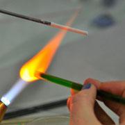 Glasperle in der offenen Flamme drehen