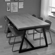 Stalen designtafel met eiken blad.