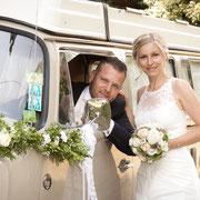 Hochzeit Thüringen Brautpaar und VW Bully