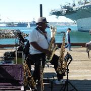 Saxophonist an der Wasserfront in San Diego
