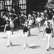 Festumzug - Fahnenträger Andreas Keller daneben Thomas Ernst und Markus Stocker 1986