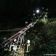 Rettung des Verletzten mittels Leiterbrücke und Rettungsbrett