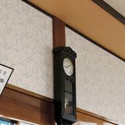 脱衣所の壁には大きなのっぽの古時計
