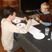 Olivier invite les enfants à peindre leur vision de l'archéo'site.