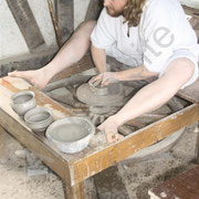 Julien propose pour la première fois au public la réalisation d'une poterie sur un tour à bâton.
