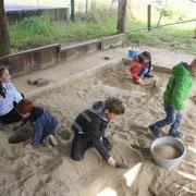 Le bac de fausses fouilles attire de nombreux enfants.