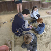Olivier fournit quelques explications aux archéologues en herbe.