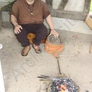 Pascal, le bronzier, explique les techniques du travail du bronze.