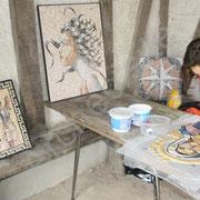 Stephanie entourée de mosaïques antiques...