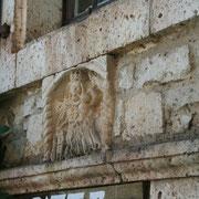 au détour d'une ruelle un bas relief sur un linteau d'une maison de Saint Cirq Lapopie