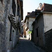 une ruelle qui monte au village de Saint Cirq
