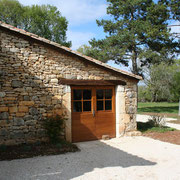 l'entrée de l'auberge, qui propose une cuisine traditionnelle du Quercy dans le Lot (46)