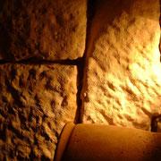 """intérieur du gîte """"la tuile à loup"""" - les murs en pierres"""