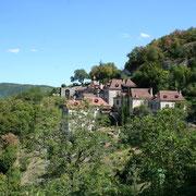il s'agit d'un village Lotois accroché à un rocher, de petites ruelles chemine le long du relief, en contre bas le Lot