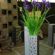 創作角柱花器。内部にはステンレスの受け皿を使用。