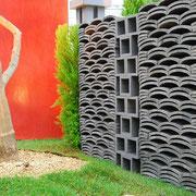 いぶしブロックと熨斗瓦。瓦の塀。