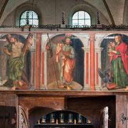 Das sog. Dorsale, die Rückwand des Chorgestühls, ist in seltener Qualität erhalten und zeigt u. a. die zwölf Apostel.
